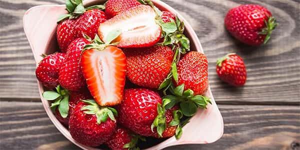 خواص و مضرات توت فرنگی عوارض و زیان های توت فرنگی خاصیت ها و فواید توت فرنگی o hw j j tvk d